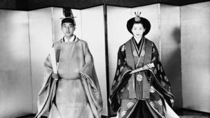 Akihito, na mchumba wake Michiko Shoda, ambaye baadaye alikuwa Malkia Michiko
