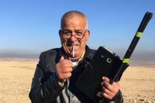 عقيد في الجيش العراقي يدخن سيجارة