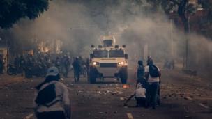 Jóvenes enfrentan a policías