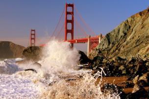 Una ola choca contra la playa frente al Golden Gate en San Francisco, California, EE.UU.
