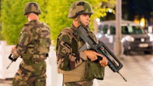 Nice'te devriye gezen askerler