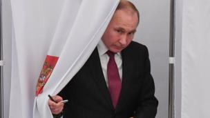 Vladimir Putin votes in Moscow on 18 March 2018