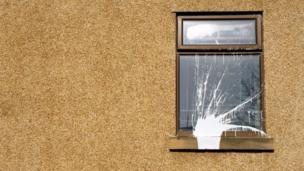 بقعة طلاء على نافذة مبنى