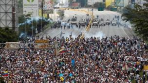 Policías antimotines bloquean el avance de una marcha opositora
