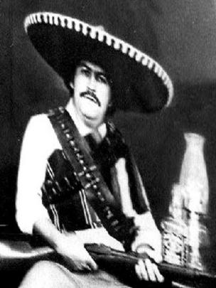 Escobar disfrazado de mariachi