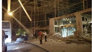 九寨沟景区附近受损的酒店大门