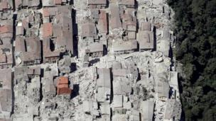 Bu foto İtaliyanın mərkəzində yerləşən Amatrice şəhərində dağılmış binaları göstərir. 24 avqust 2016. Çərşənbə günü.