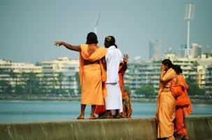 मुंबई के मरीन ड्राइव पर चर्चा करता समूह