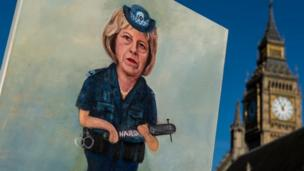 Hình của một nghệ sỹ mô tả Thủ tướng Anh, Theresa May như một nhân viên cảnh sát cần dùi cui gác biên giới