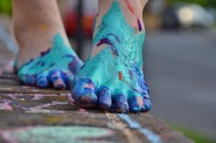 Pies cubiertos de pintura.