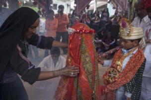 திருமண வைபவத்தில் முதல் முறையாக மணமகனை மணமகள் பார்க்கிறார்