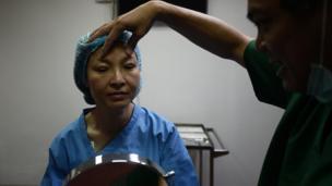 แพทย์กำลังสอนให้ อัญชลี หยุดนิสัย เลิกคิ้ว ซึ่งเป็นพฤติกรรมที่คนไข้ที่หนังตาตกมานาน ทำจนชิน