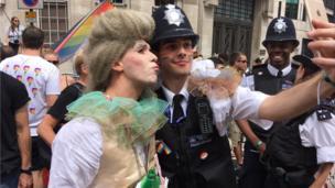 ตำรวจมากกว่า 150 นายเข้าร่วมขบวนเหรดปีนี้ด้วย นอกจากนี้ยังมีตัวแทนจากหน่วยบริการรถพยาบาลกรุงลอนดอน หน่วยดับเพลิงกรุงลอนดอน และหน่วยงานตำรวจขนส่งแห่งสหราชอาณาจักร