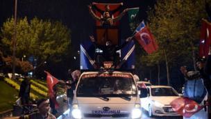 İstanbul'da 'Evet' destekçileri konvoylarla referandum sonuçlarını kutladı