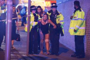 """Politsiya ofitserlari yarador qizni """"Manchester Arena""""dan olib chiqmoqdalar"""