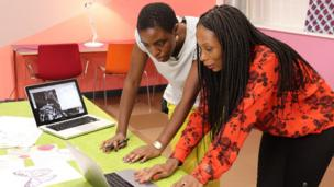 En rouge, Alice Gbelia, entrepreneuse ivoirienne, qui a crée Ayok'a. Cette plateforme en ligne fait la promotion de l'art africain et d'artistes venus de tous horizons.