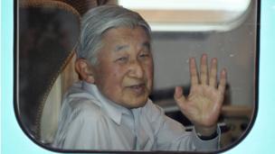 Mfalme Akihito akiwa kwenye treni Tokyo (25 Julai 2016)