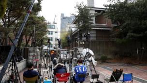 记者们在朴槿惠私宅外守候