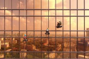 রাশিয়ার মস্কোর মার্কারি সিটি টাওয়ারের ছবি, যে ভবনের কাচের দেয়ালে সামনের রাস্তা, বাগানের ছবি ফুঁটে উঠেছে