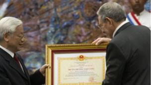 Chủ tịch Raul Castro nhận Huân Chương Sao Vàng từ TBT Nguyễn Phú Trọng tại Cung cách mạng ở Thủ đô Havana, Cuba hôm 29/3.