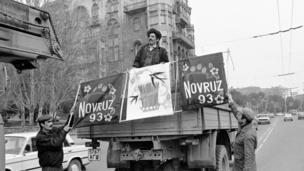Novruz bayramı ərəfəsi Bakı şəhərinin küçələri (18 mart 1993).