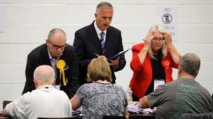 نشطاء الأحزاب يراقبون فرز الأصوات في الانتخابات البريطانية جنوب انجلترا