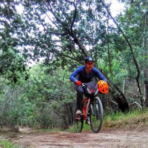 Joven en bicicleta en los Farallones de Sutatausa