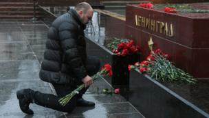 A man lays flowers at a memorial to the hero city of Leningrad in central Moscow in memory of victims of the blast in the St Petersburg metro, 3 April 2017