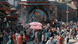 میدان دربر کتامندو؛ یکی از مهمترین جشنهای سال. عید داشین، که مخصوص پرستش (درگا) یکی از الهه های دین هندو است؛ الهه ای که به باور نپالی ها، روحش در بدن کوماری مقیم است.