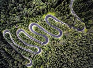 구불구불한 산악 도로를 하늘에서 본 모습.