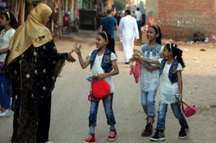 مصر با همراهی کشورهای عربی روز یکشنبه ۲۵ ژوئن را عید فطر اعلام کرده است. در روستای دالگامون در صدو ببست کیلومتری شمال قاهره کودکان عید را جشن گرفتهاند
