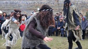 Kyrgyz girls dance илгерки шамандардын кийимин кийген бийчилер.