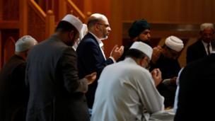穆斯林信徒为死伤者祈祷