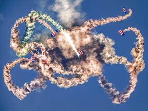 Самолеты Falcons выполняют элементы воздушной акробатики перед толпой людей на авиабазе ВВС Великобритании в Хенлоу