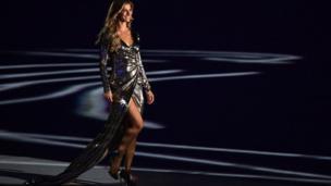 Brezilyalı dünyaca ünlü manken Gisele Bundchen de törende sahnedeydi.