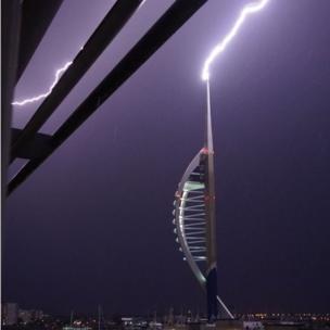 Фредди Райан сумел запечатлеть молнию над другим знаменитым высотным зданием - башней Спиннакер в Портсмуте.