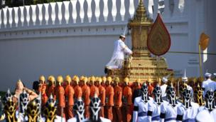 The royal urn carried by soldiers