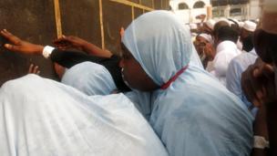 Le pélerin doit tourner sept fois autour de la Kaaba et idéalement toucher la pierre noire qui y est incrustée, l'une des étapes du hajj.