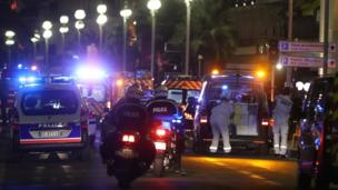 Vehículos de policía y ambulancias.
