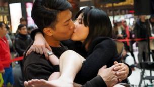微风台北车站照惯例举行Non-stop不停接吻比赛参赛者