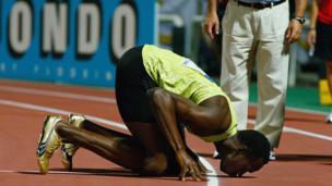 2009 ஆம் ஆண்டு செப்டம்பர் 13 ஆம் தேதி கிரீஸில் நடைபெற்ற ஓட்டப்போட்டியில் வெற்றி பெற்ற பின்னர் நிலத்தை முத்தமிடும் உசைன் போல்ட்