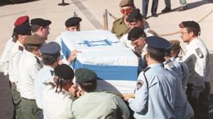 นายพลของกองทัพอิสราเอลแบกโลงศพของนายกรัฐมนตรียิตซัก ราบิน ที่ถูกลอบสังหาร บริเวณด้านนอกรัฐสภาในนครเยรูซาเลม (5 พ.ย. 1995)