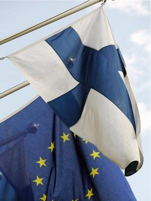 Banderas de Finlandia y la UE.