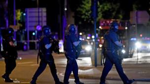 เจ้าหน้าที่ลาดตระเวนบริเวณตลาดโบโรห์มาร์เก็ตหนึ่งในจุดเกิดเหตุร้ายสามจุดกลางกรุงลอนดอนคืนนี้