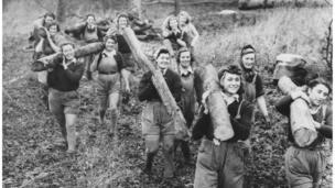 妇女们扛木头
