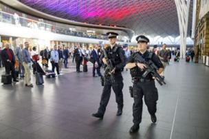 لعناصر من الشرطة في محطة كينج كروس في لندن