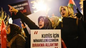د ترکیې استانبول ښار کې د الفتح جومات مخې ته مظاهره کې ښځې ګډونوالې