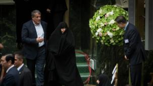 عفت هاشمی، همسر اکبر هاشمی رفسنجانی، رئیس درگذشته مجمع تشخیص مصلحت به همراه محسن هاشمی، فرزندش میهمان مراسم تحلیف بودند
