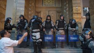 Makedon meclisi önünde polisler.