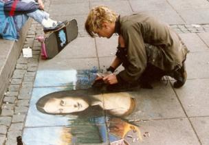 Una artista callejero pintando la Mona Lisa